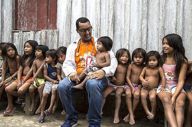 Médico cubano Arnaldo Cedeño se despede de aldeia indígena Apalaí e Wayana na fronteira com o Suriname  - Créditos: Foto: Pedro Biava