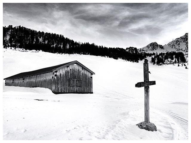 - Lost in the mountains -⠀ ⠀ _______________⠀ ⠀ #courchevel #mountains #monochrome #frenchalps #snow #snowlandscape #drama #naturelandscape #monochromatic #bw #bwphoto #bwphotography #bwonly⠀ #blackandwhite #blackandwhitephoto #blackandwhiteonly #blacknwh