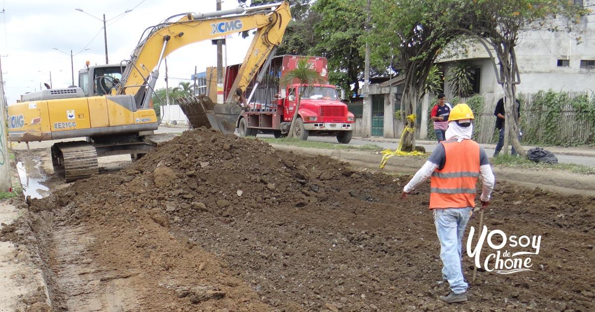 Excavación y cambio de base en Av. Eloy Alfaro