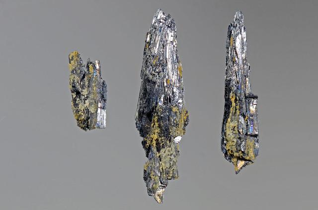 輝蒼鉛鉱 / Bismuthinite