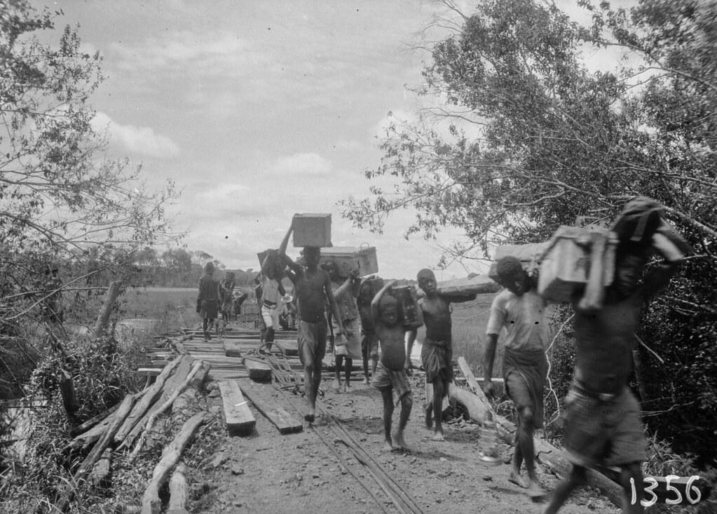 1356. Музец.  Группа местных жителей переносит груз экспедиции по мосту