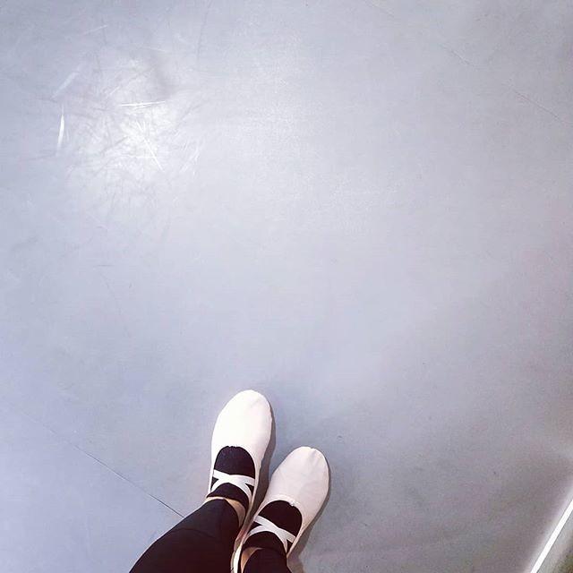 20181130 第722堂課 芭蕾雕塑 第723堂課 成人嘻哈 繼右邊之後 今天左邊劈腿稍稍坐到地上了 開心 #有運動沒在怕的 #運動使人開心 #40歲以後找回自己 #喜歡自己拍自己 #芭蕾