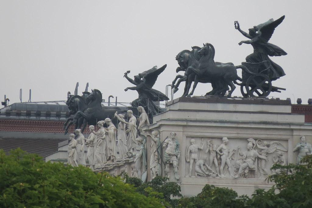 Кони на здании парламента