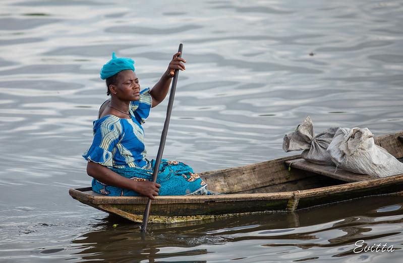 Арианой девушка с божественной фигурой в лодке черных кисок