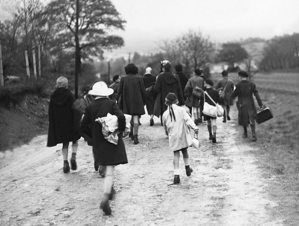 1940. Беженцы из парижских пригородов бегут на юг