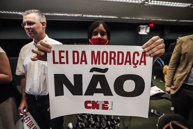"""Manifestante protesta contra projeto """"Escola sem Partido"""" na Câmara dos Deputados, em Brasília, nesta quarta (7) - Créditos: Mídia Ninja"""
