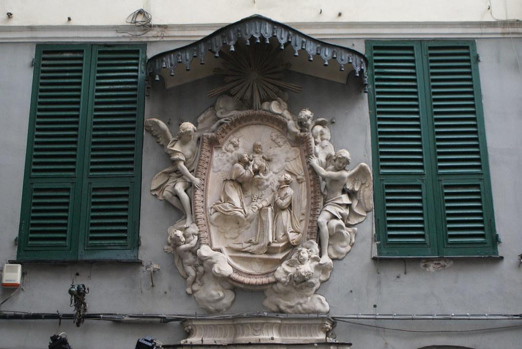 Magnifique sculpture sur une maison du centre historique de Gènes.