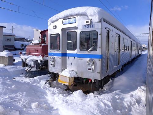 元東急7000系電車と、大正生まれの電気機関車。機関車はラッセル車とともに除雪に活躍している