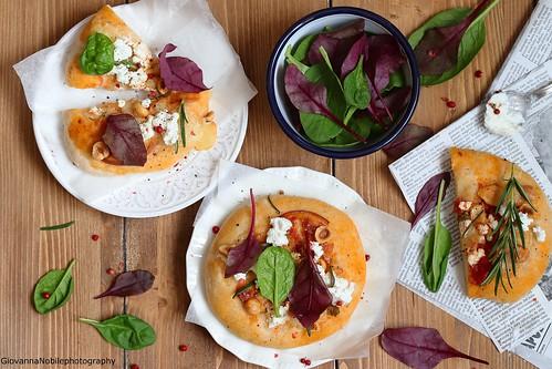 Pizza con scamorza, nocciole e spinacini