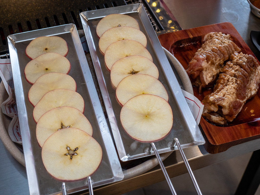 Apple slices to be eaten with the BBQ Meat at Apple Samgyupsal