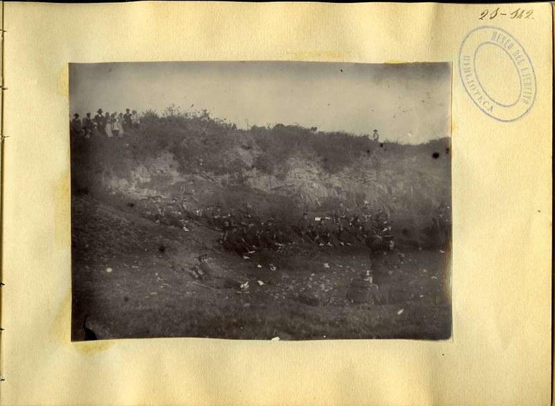 Soldados descansan en el campo cerca de Toledo. Álbum con fotografías de Toledo hacia 1890. Fototeca del Museo del Ejército, signatura MUE 120476