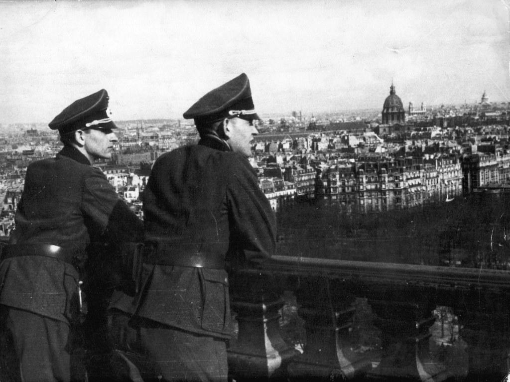 1941. Немецкие офицеры любуются видами Парижа