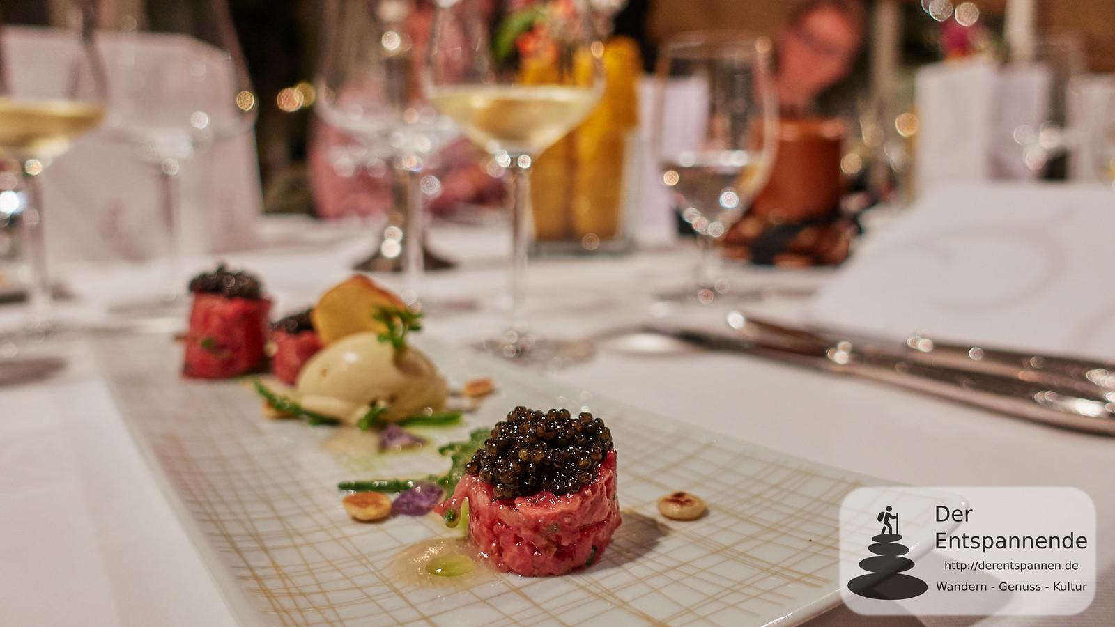 Menü im Restaurant Erbprinz: Rindertartar mit Saint James Kaviar, Senfeis, Passepierresalat