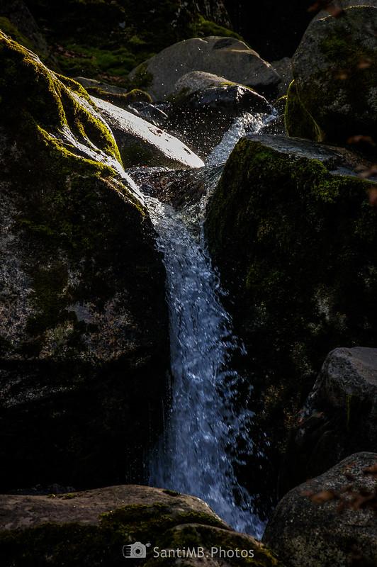 Salpicaduras en una pequeña cascada del Joèu