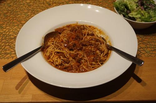 Spaghetti mit Gehacktessoße und Salat