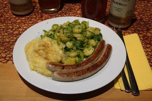 Bio-Bratwürstchen zu gebratenem Rosenkohl und Kartoffelstampf mit Bratwurstbratfett
