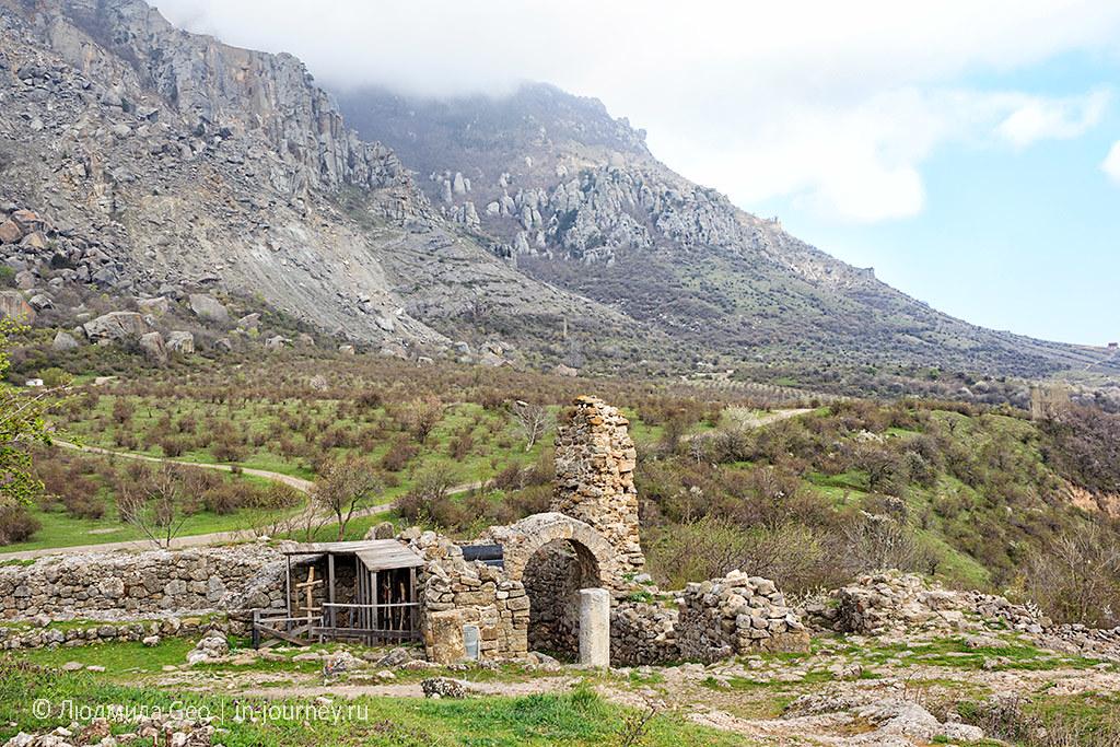 остатки крепости Фуна с видом на горы