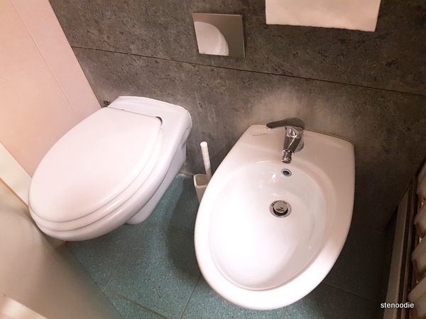 Hotel La Pace toilet and bidet