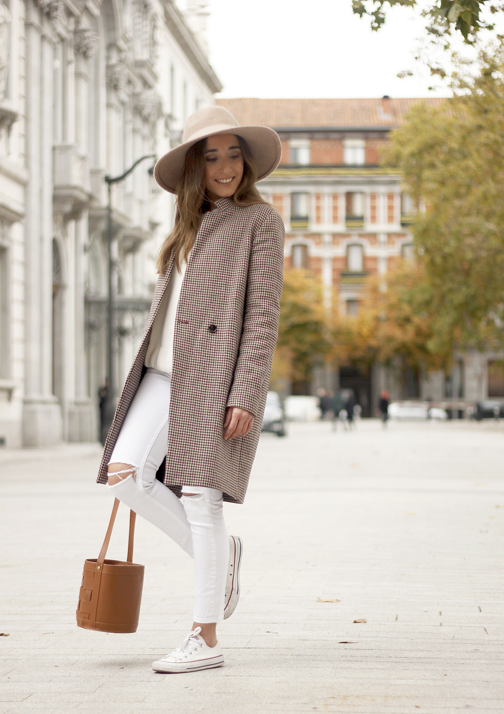 houndstooth coat beige coat white jeans converse street style fall outfit 20186591