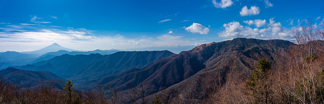 直下の岩の上で・・・富士山、御坂山塊、小金沢連嶺