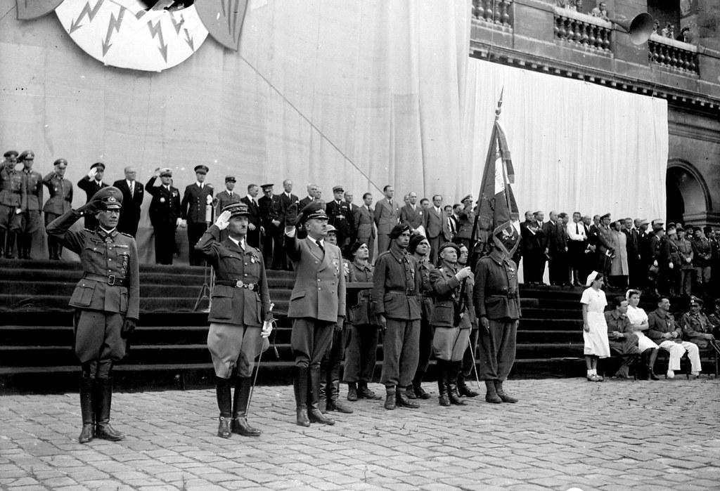 1943. Празднование второй годовщины Легиона французских добровольцев у Дома инвалидов. Париж, август