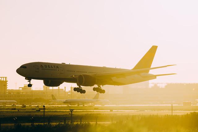 BOEING 777-232(LR)_N710DN_1