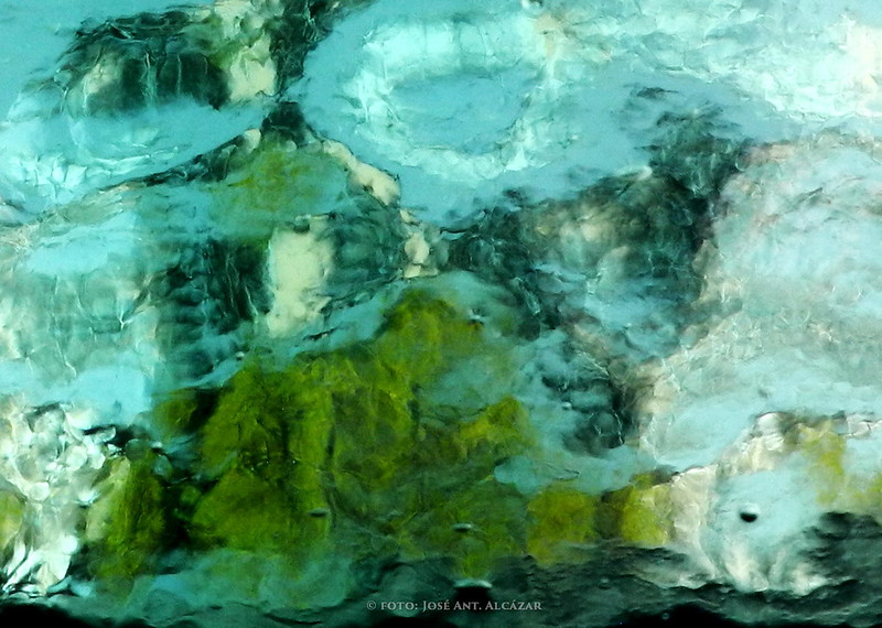 Imagen abstracta de formas obtenidas fotografiando a través de una garrafa de cristal