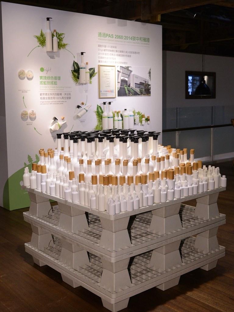 【圖四】歐萊德落實綠色永續從各面向著手,以產品包裝為例,不僅與綠色供應鏈夥伴「集泉塑膠」和「大豐環保科技」,共同致力研發可再生瓶器,將洗髮精瓶身達成全面可百分百回收的經濟循環,甚至進一步以回收塑料打造全球首支洗髮精再生壓頭,領先髮妝業界持續綠色突破與創新。