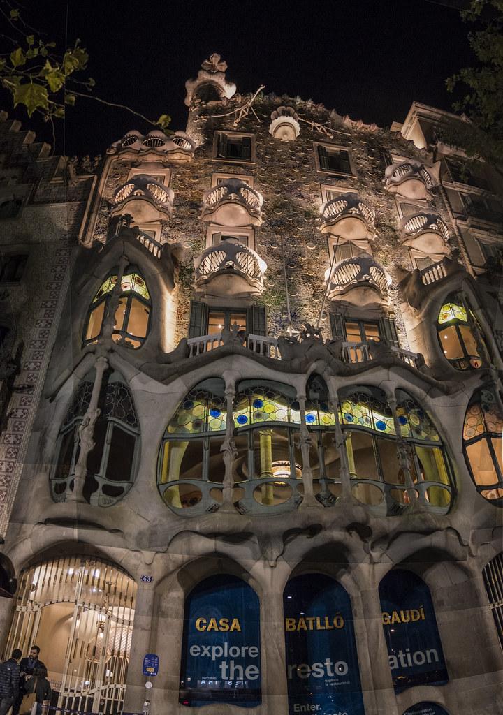 La Casa Batillo... la nuit. 45199282264_4c40befc34_b