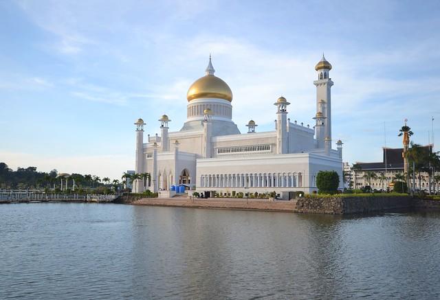 kota kinabalu brunei itinerary Sultan Omar Ali Saifuddin Mosque