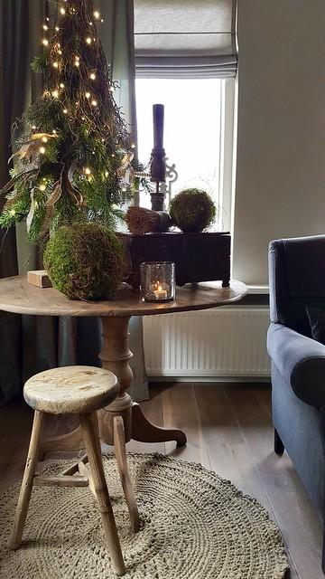 Wijntafel mini kerstboom windlicht krukje