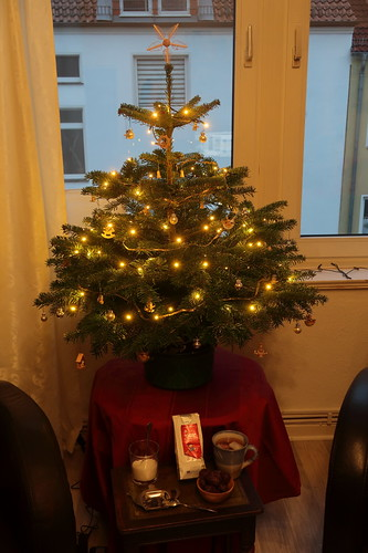 Lebkuchenherzen zu Winterapfeltee unterm Weihnachtsbaum