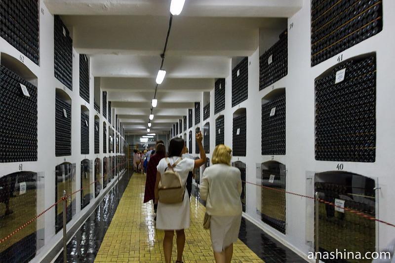 Средний этаж главного винного подвала винодельческого завода «Массандра»