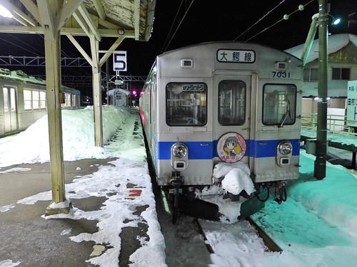 大鰐駅に停車中の元東急7000系電車。ヘッドマークは鉄道むすめ「平賀ひろこ」