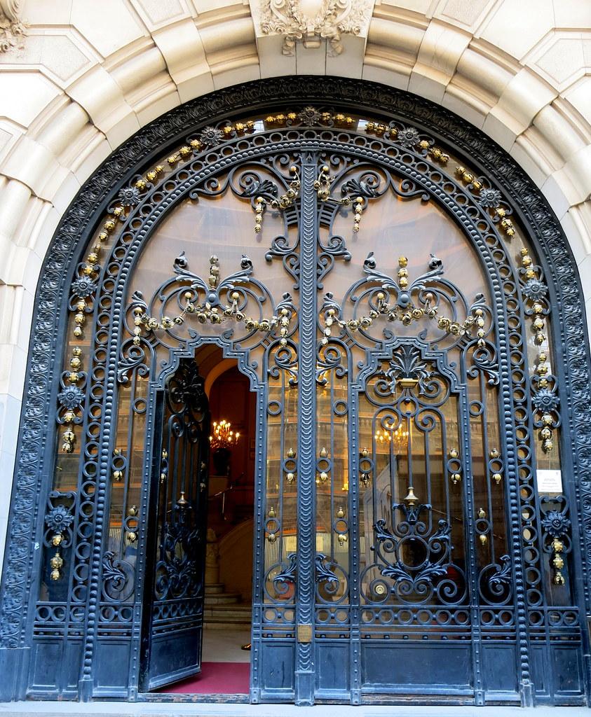 Puerta del Ateneo de Madrid