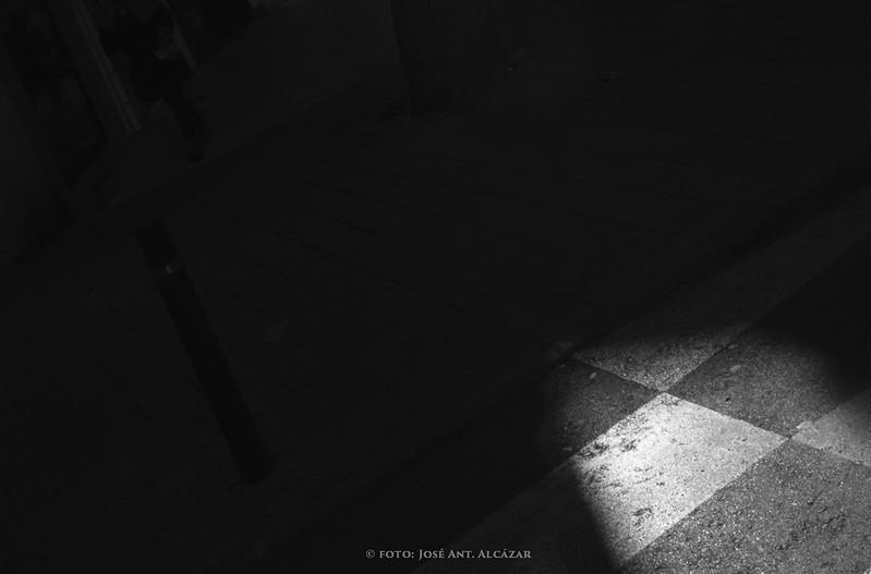 Claro oscuro en el que se ve un trozo de paso de cebra iluminado por el Sol