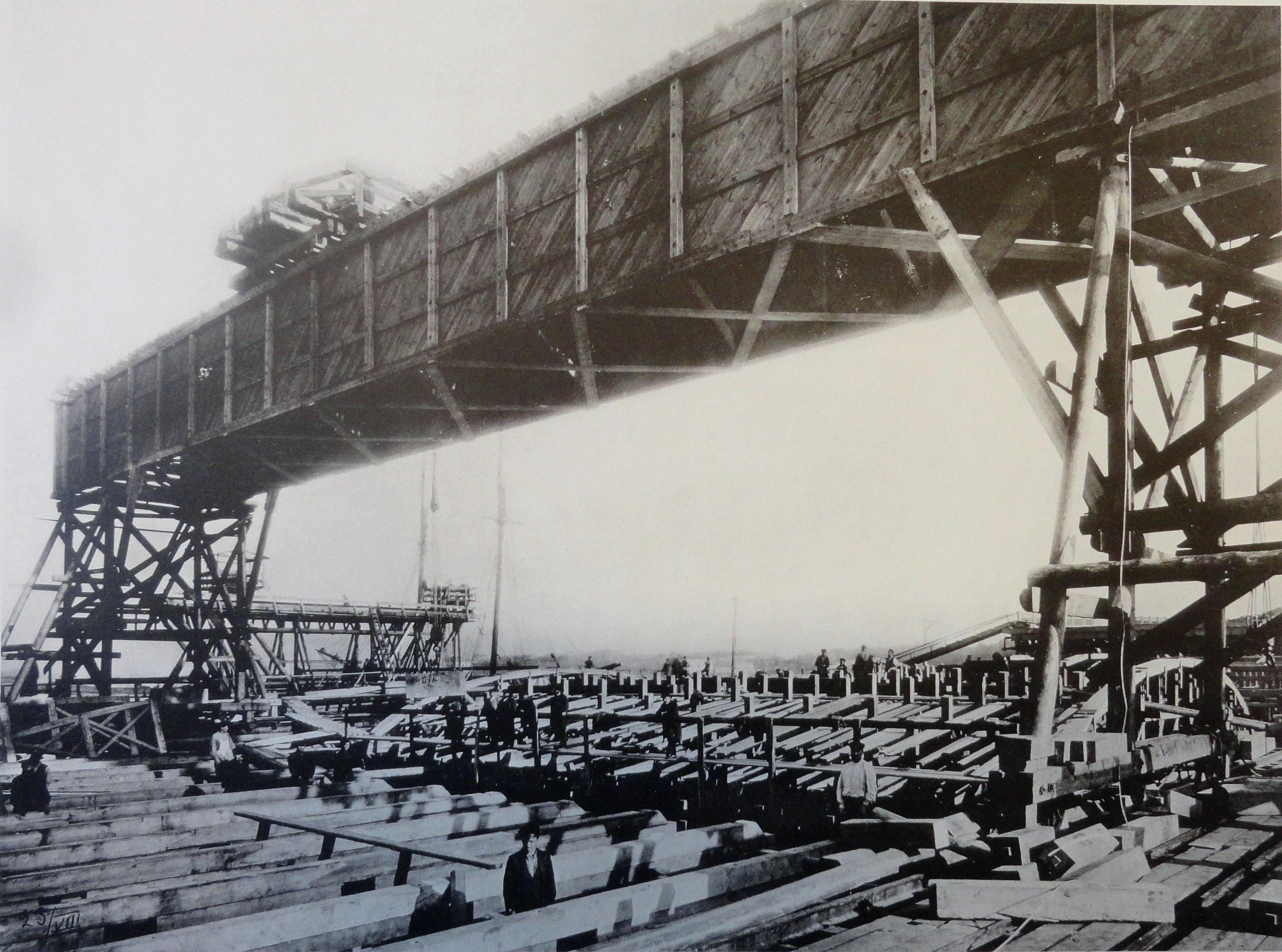 1902. Мостовой кран системы Лембке пролетом 14 сажень(29,87 м),для укладки сводовых камней. 23 августа