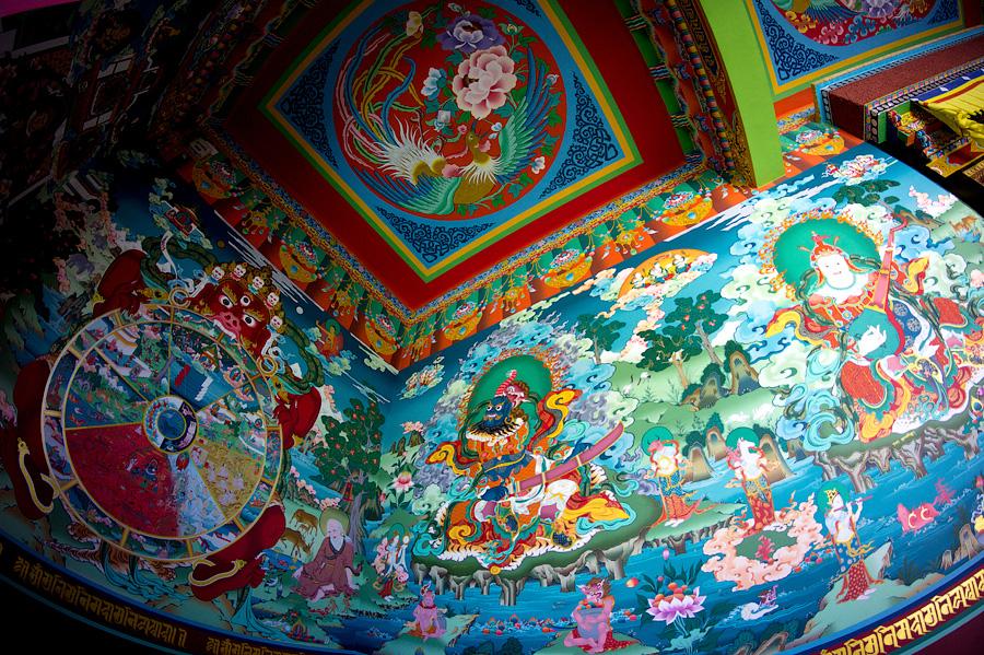 Роскошный центральный зал монастыря Пьянг. Хранители пространств и колесо Самсары