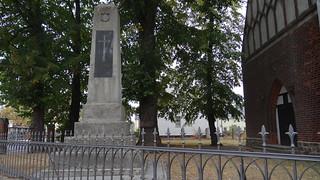 Feinde, Mann um Mann mit leichten Fuß zu Spiel und Tanz zum Tode am Kriegerdenkmal Beilrode 00648