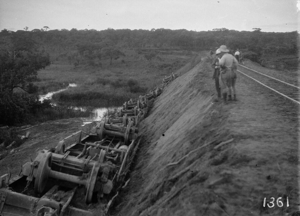 1361. Музец.  Участники экспедиции осматривают перевернувшийся поезд
