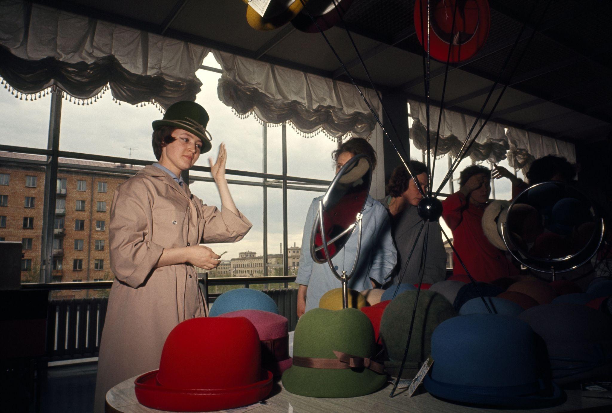 1964. Женщины примеряют шляпы разных цветов