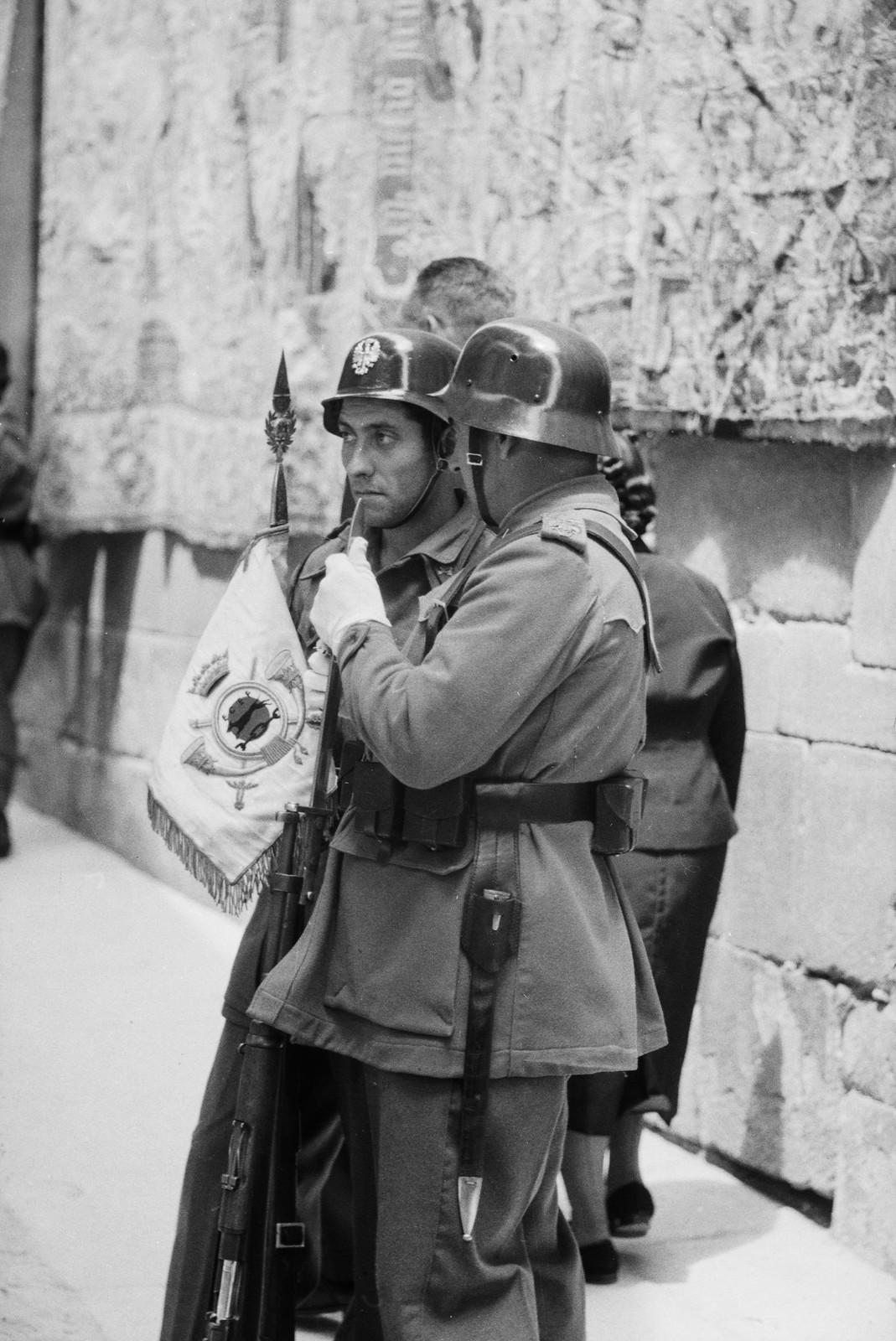 Soldados charlan en el Corpus de 1955 junto a los tapices flamencos colgados de las paredes de la catedral de Toledo © ETH-Bibliothek Zurich