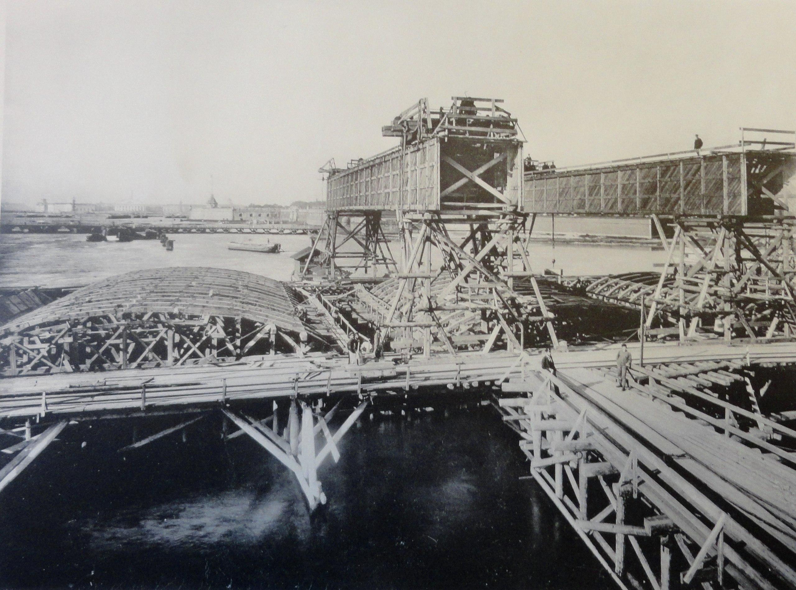 1902. Кружала для сводов дамбы и мостовые краны (системы Лембке) для укладки сводовых камней.Осень