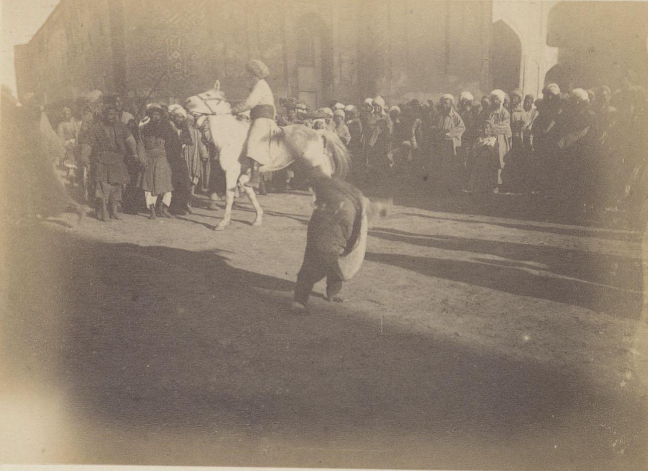 07.  Самарканд. Мальчик на площади Регистан