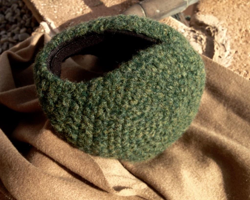 Orejeras en lana color verde pino melange