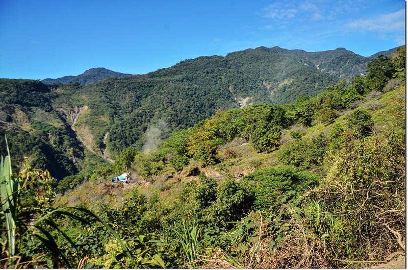 塔羅留山產道(850 m)西眺群山