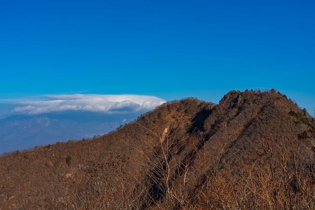 金ヶ岳の左奥の八ヶ岳は雲