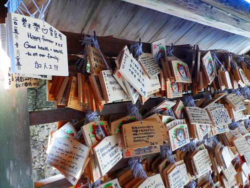 Holztäfelchen mit Wünschen in einem Tempel in Naha auf der Insel Okinawa Japan