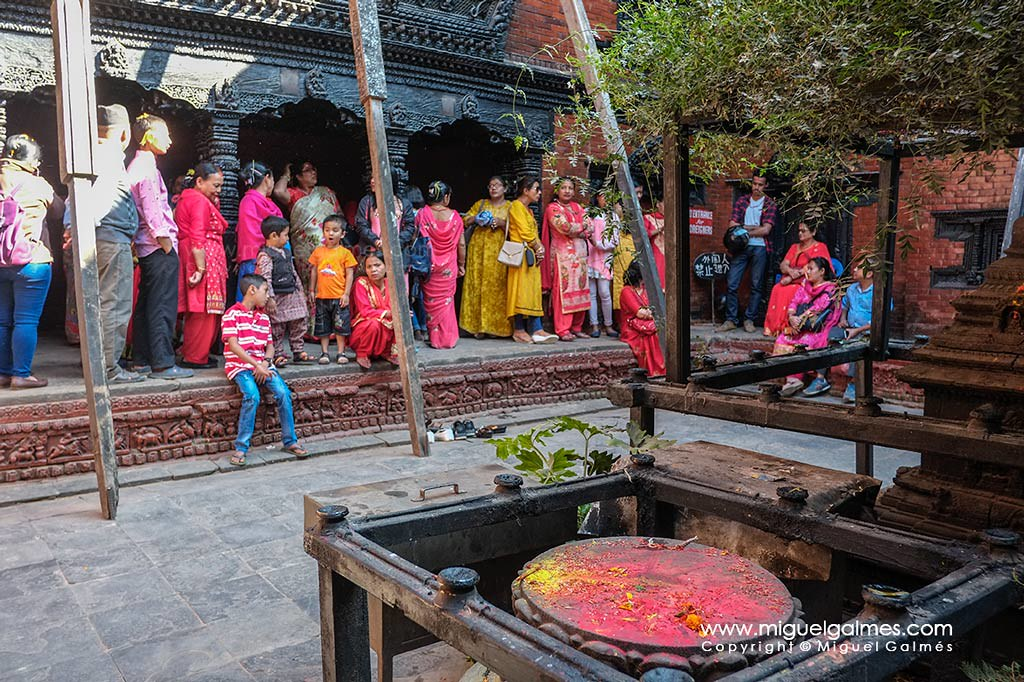 Gente haciendo cola para ver a la Kumari.