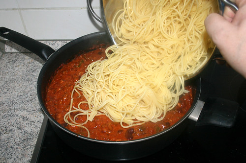 21 - Nudeln in Sauce geben / Add noodles to sauce